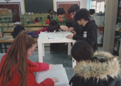 Alumnos de 1ºFPBE trabajando en el proyecto.