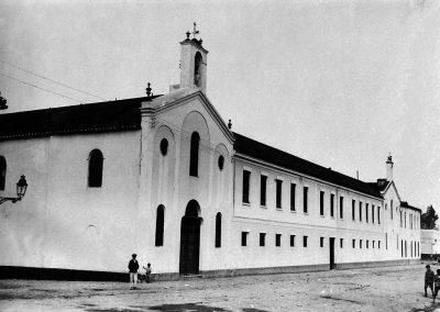 Fachada del colegio desde la esquina de la iglesia