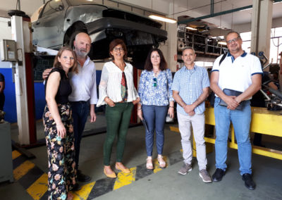 Foto: Miembros de la Junta Directiva de FEDAMA y del Equipo Directivo del centro en uno de nuestros talleres de vehículos.